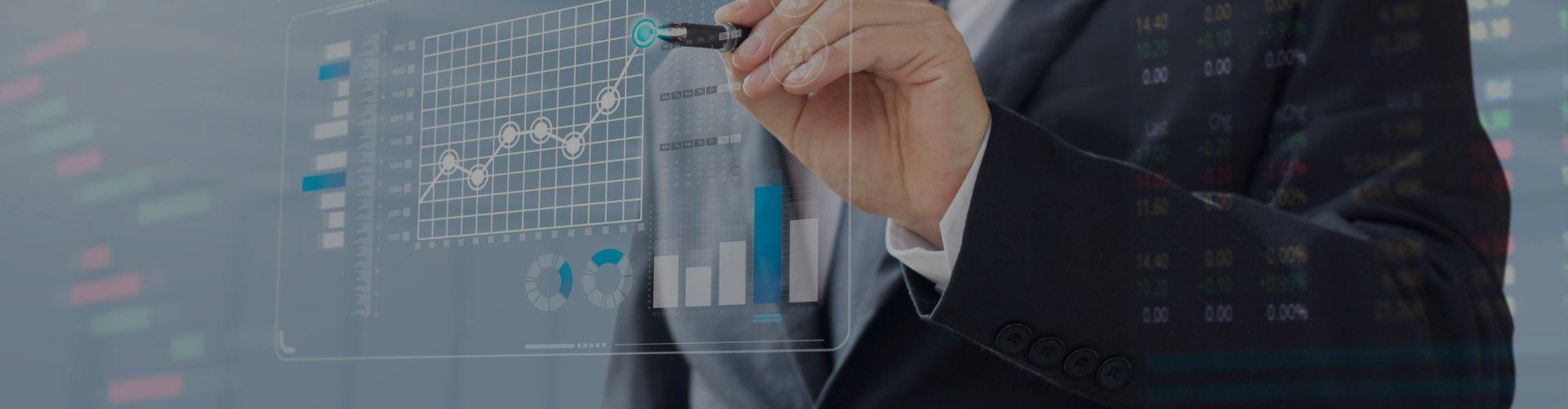 Fonds mutuel, experts dessinant graphique financier croissant